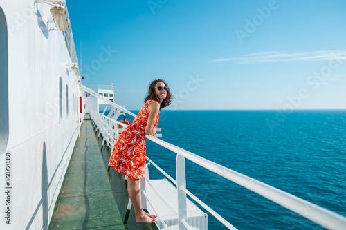 Fotografía A woman is sailing on a cruise ship