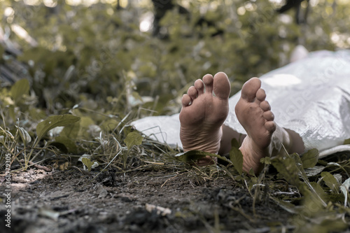Photo The legs of a corpse lying in the forest