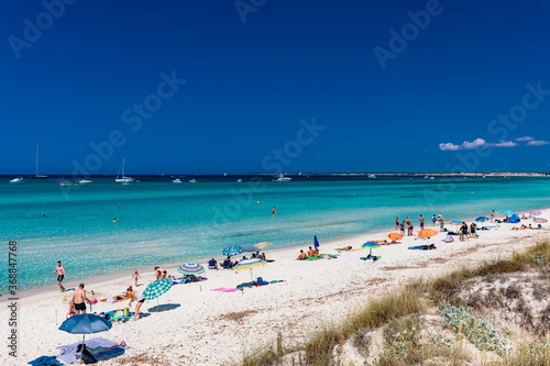 Foto ES TRENC, Majorca, Spain - 25 JULY 2020 - People enjoying summer day on hotspot beach in Majorka