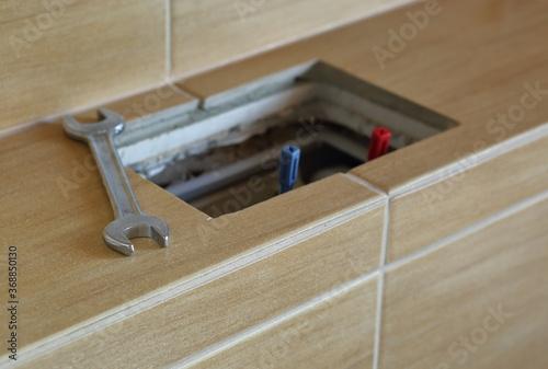 Obraz Klucz płaski obok otwartej spłuczki do zabudowy w łazience - fototapety do salonu