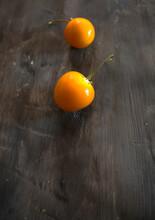 Fruta Aguaymanto O Uchuva (Physalis Peruviana) Sobre Fondo Gris  Con Espacio Para Texto