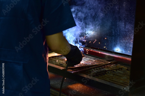 Valokuva Thai Technologist Steel welding metal In the workshop class with flames and smoke floating out