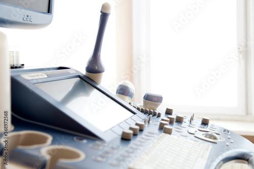 Obraz Głowice do usg.  Sprzęt do badania ultrasonograficznego w gabinecie ginekologicznym.  - fototapety do salonu