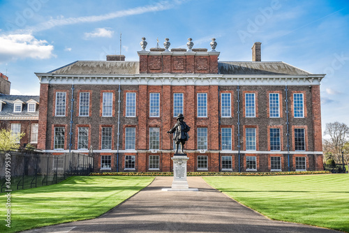 Front view of the Kensington Palace and the King William III monument in London Fototapet