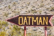 Hinweisschild Nach Oatman An Der Alten Route 66, Arizona, USA