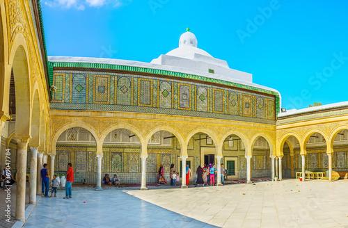 Fotomural The masterpiece Andalusian court of Barber's Mosque (Zaouia Sidi Sahab), Kairoua