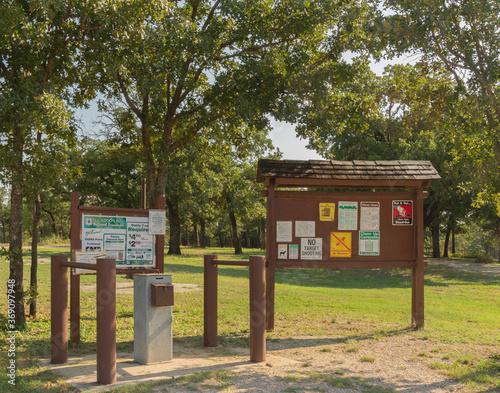 Slika na platnu signs at entrance to camping area