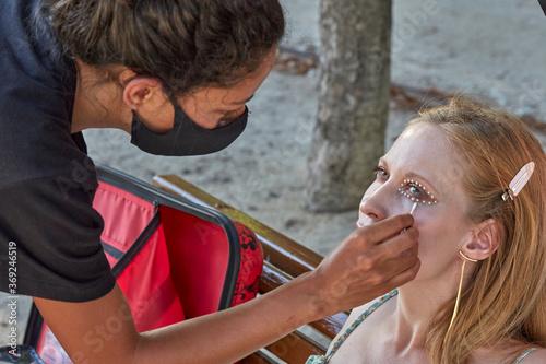 Fotografie, Obraz Making of maquillaje tipo perlas, sesión fotográfica en exteriores