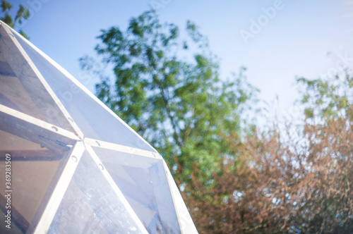 Fotografia White geodesic dome tent for glamping in summer day  with blue sky