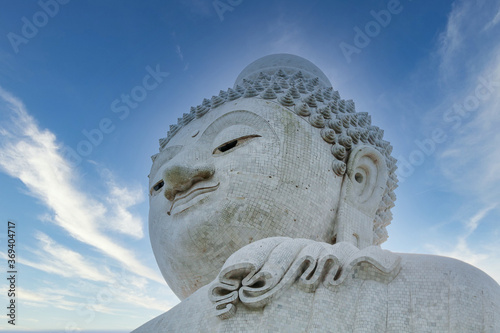 Fotografía Close-up marble statue of a snow-white Big Buddha on the island of Phuket in Tha