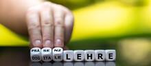 """Umstellung Von Digitaler Lehre Zur Präsenzlehre. Hand Dreht Würfel Und ändert Den Ausdruck """"digitale Lehre"""" Zu """"Präsenzlehre""""."""
