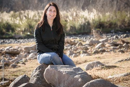 Fotomural Mujer sentada a la orilla del río