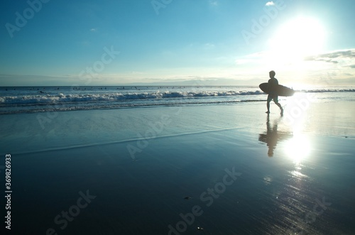 Fotografia, Obraz 空と海と砂浜、そしてサーファーのシルエットがきれいです。 The sky, the sea, the sandy beach, and the silhouettes of surfers are beautiful