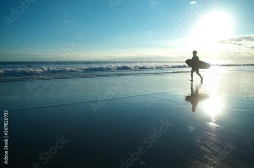 空と海と砂浜、そしてサーファーのシルエットがきれいです。 The sky, the sea, the sandy beach, and the silhouettes of surfers are beautiful Fototapet