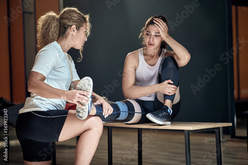 Obraz na plátne Young fitness girl in a bad mood because of the injury