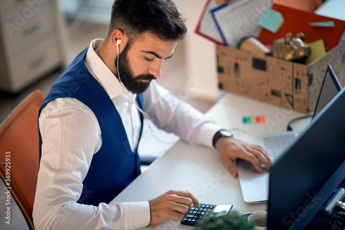 Young accountant working on laptop Fototapet