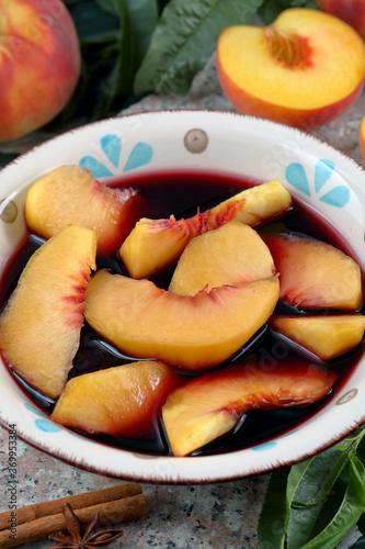 Fotografie, Obraz dessert con pesche e vino rosso