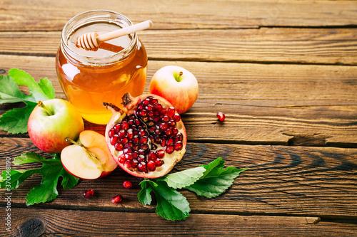 Fototapeta Rosh Hashanah. Jewish new year. Honey, pomegranate and apples on a wooden background. obraz