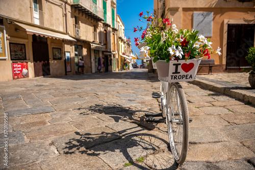 Urocza uliczka w Tropea, rower z tabliczką będący miejscem spotkań młodzieży