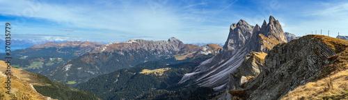 Fotomural Picturesque autumn Alps mountain scene, famous italian Dolomites Seceda majestic rock, Sass Rigais, Sudtirol, Italy