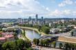 Blick über der Neris und die König-Mindaugas-Brücke zur Skyline von Vilnius, Litauen