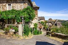 Les Rues étroites Et Les Maisons Anciennes Du Village La Vinzelle, Lot, France.