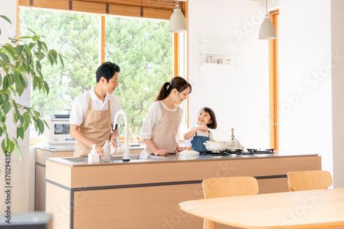 キッチンで料理する家族・ファミリー Canvas Print