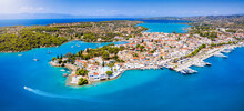 Panorama Des Kosmopoliten Ortes Porto Heli, Urlaubsziel Der Reichen Und Schönen Auf Der Halbinsel Peloponnes, Griechenland, Im Sommer