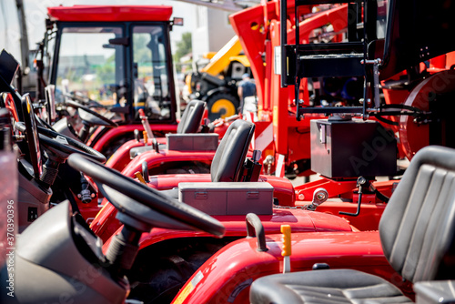 Photo Rows of modern tractors. Industrial details. Agricultural