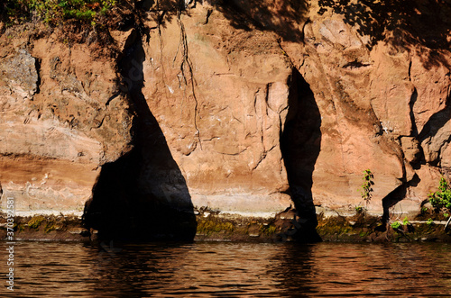Photo steep shore texture of clay rock bottom water