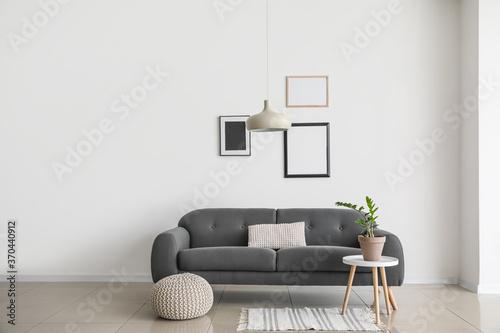 Fotografía Sofa near wall in interior of living room