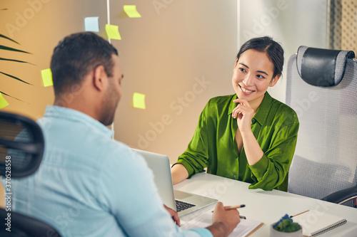 Photo Cheerful international woman looking at her interlocutor