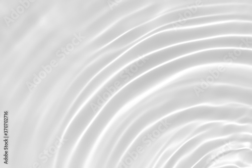 Foto Blurred desaturated transparent clear calm water surface texture with splashes and bubbles