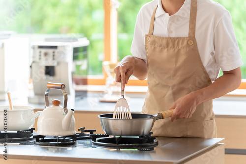 Foto キッチンで料理を作る男性