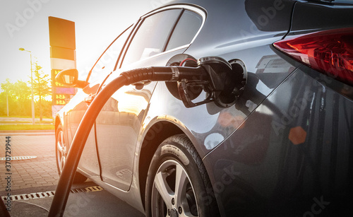 Canvas-taulu Person pumping gas