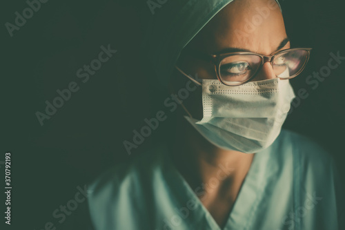Young female medic, wearing a mask and glasses Fototapete