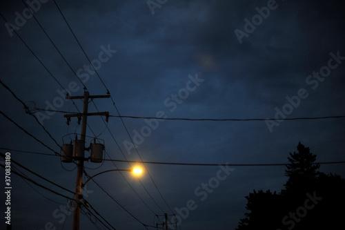 Fototapeta un poteau électrique le soir