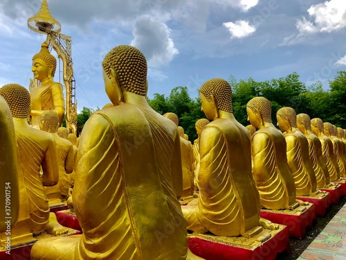 Photo Many monks statues pay homage to Buddha in Makha Bucha Buddhist Memorial Park