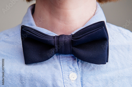 Photo Dark blue bow tie on a woman's neck