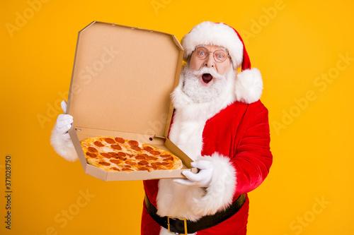 Billede på lærred Photo of overweight santa claus hold tasty pizza impressed x-mas season shopping