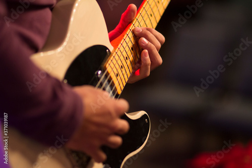 Foto An electric guitar player at a concert