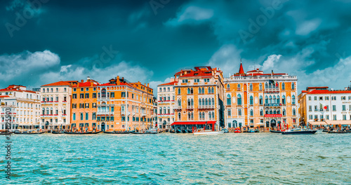 Photo VENICE, ITALY - MAY 12, 2017 :Views of the most beautiful canal of Venice - Grand Canal water streets, boats, gondolas, mansions along