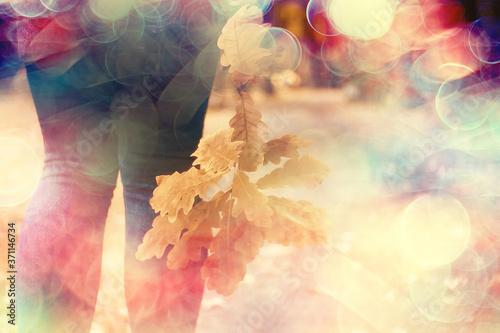 Fotografia leaf fall autumn / fallen yellow leaves in the hands of a single girl walking in