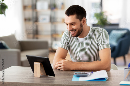 Papel de parede technology, remote job and business concept - man with tablet pc computer workin