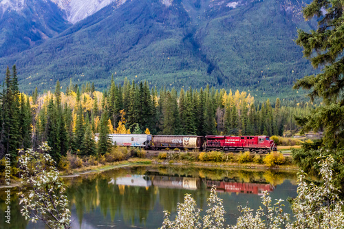Платно Canadian Pacific train passes over Mule Shoe