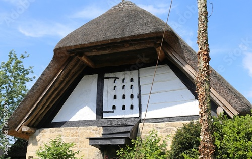 Photo A dovecote in the loft of a thatched English village barn in Prestbury, Gloucestershire