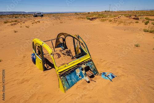Canvas citroen 2CV enterrado en la arena, Tamegroute, Marruecos, Africa