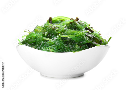 Fotografia Bowl with tasty seaweed salad on white background