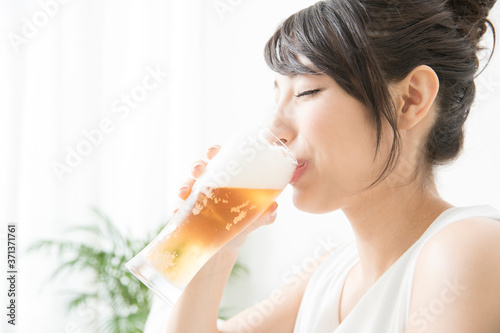 Obraz na plátně ビールを飲む女性