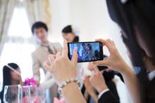 結婚式の写真を撮る女...